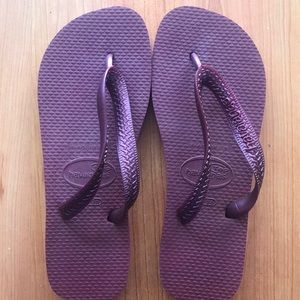NWT Havaianas Metallic Burgundy Flip flops